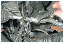 Ключом «на 21» ослабляем затяжку контргайки, удерживая наконечник ключом «на 19» за лыски.