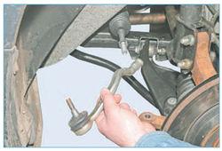Снимаем наконечник рулевой тяги.