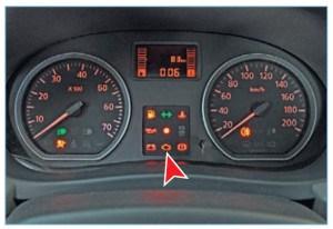 Сигнализатор неисправности системы управления двигателем в комбинации приборов