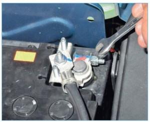 Ключом «на 10» ослабляем затяжку гайки стяжного болта клеммы проводов на «минусовом» выводе аккумуляторной батареи