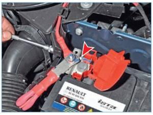 Головкой «на 10» ослабляем затяжку стяжного болта клеммы проводов на «плюсовом» выводе аккумуляторной батареи