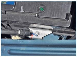 Головкой «на 13» отворачиваем болт крепления прижимной пластины аккумуляторной батареи