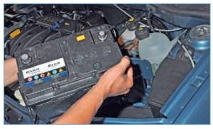 …и вынимаем аккумуляторную батарею из моторного отсека.