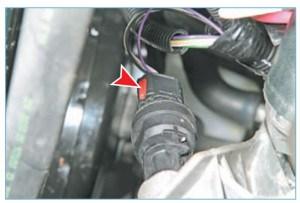 …нажимаем на фиксатор (красного цвета) колодки жгута проводов системы управления двигателем