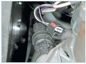 …и отсоединяем колодку жгута проводов от датчика