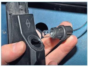 Повернув против часовой стрелки, вынимаем патрон с лампой из корпуса фонаря.