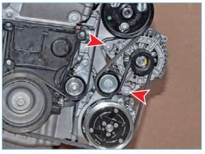 Для наглядности показываем расположение болтов крепления генератора на снятом двигателе.