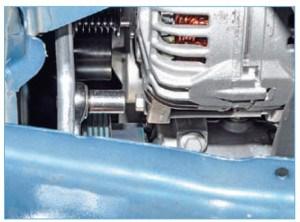 Головкой «на 10» отворачиваем болт нижнего крепления генератора.