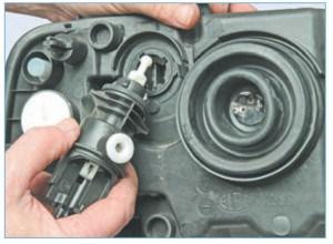 …и вынимаем исполнительный механизм регулятора из корпуса блок-фары.