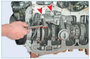 Головкой «на 13» отворачиваем два болта крепления масляного насоса к блоку цилиндров (для наглядности показано на снятом двигателе)