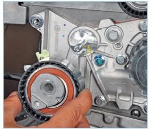 …и натяжной ролик (см. «Проверка состояния и замена ремня привода газораспределительного механизма двигателя 1,6 (16V)»).