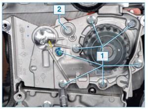 Головкой «на 8» отворачиваем семь болтов 1 и головкой «на 10» – один болт 2 крепления насоса к блоку цилиндров.