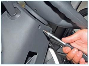 …ключом Torx T-20 отворачиваем два самореза крепления кожухов рулевой колонки.