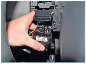…отсоединяем колодку проводов от разъема переключателя