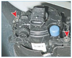 Ключом Torx Т-20 отворачиваем два винта крепления фары к бамперу