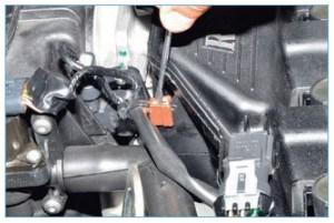 Отверткой поддеваем держатель жгута проводов регулятора холостого хода и датчика положения дроссельной заслонки