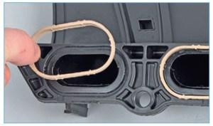 Аналогично вынимаем из пазов фланцев ресивера в соединении с впускным трубопроводом четыре уплотнительные прокладки