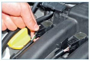 Отсоединяем колодки жгута проводов системы управления двигателем от четырех катушек зажигания (см. «Замена свечей зажигания двигателя 1,6 (16V)»)