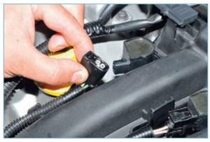 …и вынимаем жгуты проводов катушек из четырех держателей на ресивере