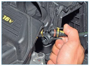 Отсоединяем трубку обратного клапана вакуумного усилителя тормозов от штуцера ресивера (см. «Снятие обратного клапана вакуумного усилителя тормозов»)