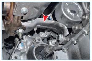 Снизу выпускной коллектор поддерживает кронштейн, прикрепленный к блоку цилиндров (для наглядности привод правого колеса снят)
