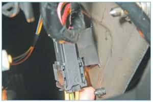 Отжимаем фиксатор держателя колодок проводов выключателя зажигания