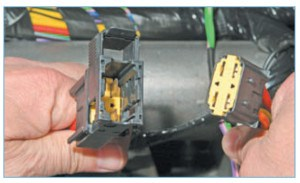 …и отсоединяем колодку жгута проводов от колодки проводов выключателя зажигания