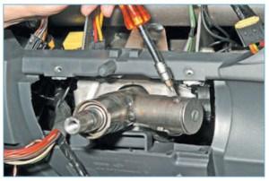 Ключом Torx Т-20 отворачиваем винт крепления выключателя зажигания.