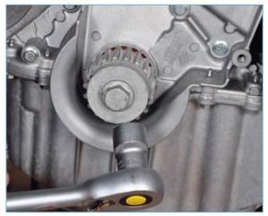 …затягивая болт крепления шкива привода вспомогательных агрегатов