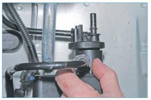 Аналогично снимаем наконечник трубки, соединяющей адсорбер с топливным баком, со штуцера адсорбера