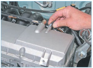 Отсоединяем шланг вентиляции картера контура холостого хода от штуцера на крышке головки блока цилиндров