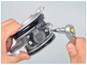 Ключом Torx T-20 отворачиваем два винта крепления датчика к корпусу дроссельного узла