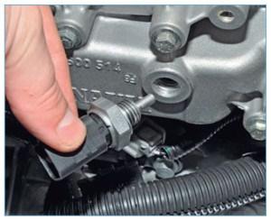 Соединение датчика с корпусом термостата уплотнено алюминиевой шайбой.