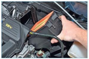 Снимаем крышку корпуса воздушного фильтра (см. «Замена сменного элемента воздушного фильтра двигателя 1,6 (16V)»).