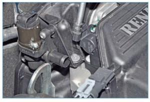 Головкой Е8 отворачиваем два винта крепления корпуса воздушного фильтра к крышке головки блока цилиндров