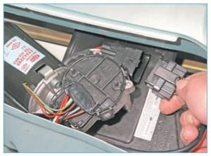 …отсоединяем колодку жгута проводов от колодки проводов мотор-редуктора.