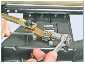 Головкой «на 13» отворачиваем гайку крепления кривошипа очистителя, удерживая кривошип отверткой.