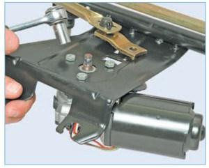 Головкой «на 10» отворачиваем три болта крепления мотор-редуктора к кронштейну очистителя