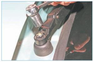 Головкой «на 13» отворачиваем гайку крепления рычага стеклоочистителя.