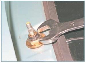 Ключом «на 24» отворачиваем гайку
