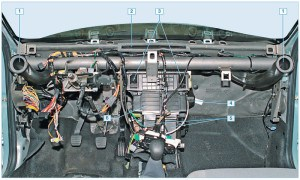 Расположение отопителя и воздуховодов системы отопления, вентиляции и кондиционирования: 1 – воздуховод к боковому дефлектору; 2 – воздуховод к решетке обдува ветрового стекла; 3 – воздуховод к центральным дефлекторам; 4 – электродвигатель вентилятора отопителя; 5 – воздуховоды к ногам пассажиров заднего сиденья; 6 – отопитель