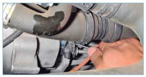 Для прокачки привода следует вынуть отверткой проволочную стопорную скобу
