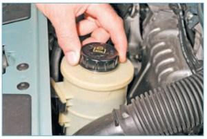 …открываем крышку бачка гидроусилителя рулевого управления…