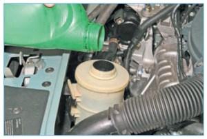 …и доливаем жидкость в бачок до отметки MIN (см. «Проверка уровня жидкости в бачке гидроусилителя рулевого управления»)