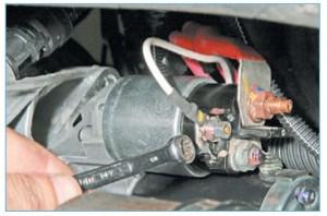 …накидным ключом или головкой «на 8» отворачиваем гайку крепления наконечника провода к управляющему выводу тягового реле…