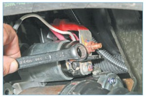 Накидным ключом или головкой «на 13» отворачиваем гайку крепления наконечника провода, соединенного с «плюсовым» выводом аккумуляторной батареи