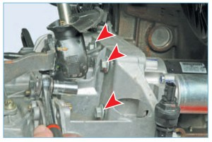 …головкой «на 13» отворачиваем три болта крепления стартера к картеру сцепления (для наглядности показано на снятом силовом агрегате).