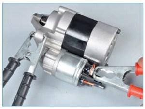 …соединяем проводами «плюсовой» вывод аккумуляторной батареи с нижним контактным болтом тягового реле, а «минусовой» вывод – с корпусом стартера.