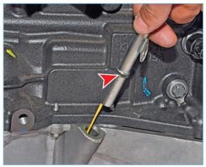 Вынимаем направляющую трубку с указателем уровня масла из гнезда поддона картера двигателя