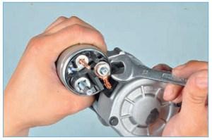 …ключом «на 13» отворачиваем гайку крепления наконечника провода щеточного узла к контактному болту тягового реле